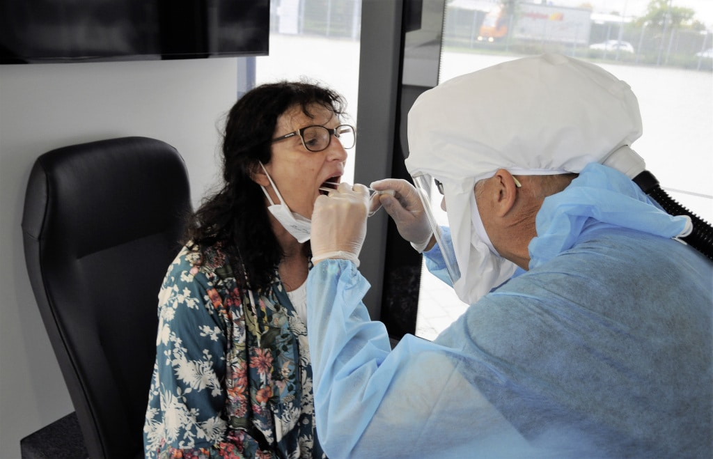 Im vorderen Bereich des Setra MultiClass Busses werden die Abstriche durchgeführt. The mouth and throat swab tests are carried out in the front section of the vehicle.